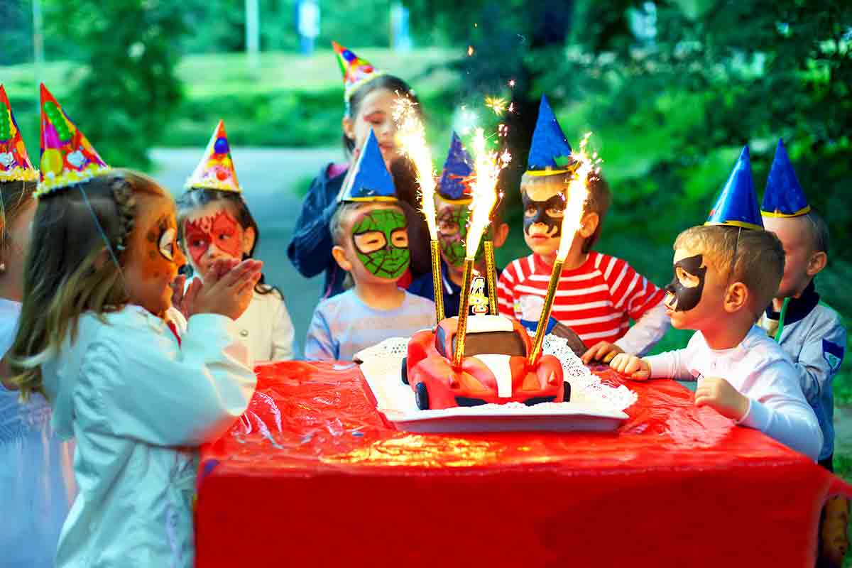 childrens are celebrating birthday party